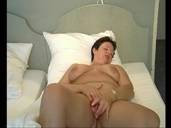 Chubby MILF loves to masturbate - Julia Reaves Thumb